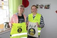 Deutsche-Politik-News.de | Mit den BigB-Warnwesten sind die Pflegekinder von Tagesmutter Susann Rinke bald bestens sichtbar.  Das Foto zeigt v.l.n.r. Miriam Schrader, Susann Rinke.