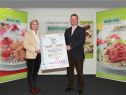 Landwirtschaft News & Agrarwirtschaft News @ Agrar-Center.de | Foto: Dr. Dorit Böckmann, SGS, überreicht das GLOBALG.A.P Zertifikat an Eik Teuerkauf, Landw. Putenmast Neuenhofe.