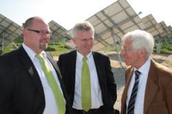 Alternative & Erneuerbare Energien News: Foto: Dr. Franz Alt (v.r.) im Gespräch mit Georg Sterner, Finanzvorstand der Solea AG, und Anton Schweiger, Vorstandsvorsitzender der Solea AG, beim Solarpark Hettenkofen II.