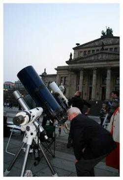 Berlin-News.NET - Berlin Infos & Berlin Tipps | Foto: Beobachtungen auf dem Gendarmenmarkt.