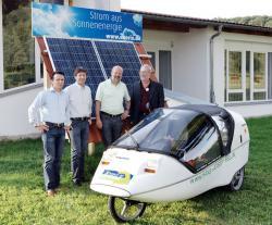 Alternative & Erneuerbare Energien News: Foto: von links: Peter Knuth und Stefan Jakob (Geschäftsführer Enerix) Hans-Josef-Fell, MdB (Bündnis90/Die Grünen), Norbert Müller Marktrat Nittendorf.