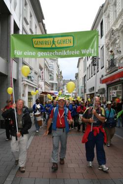 Landwirtschaft News & Agrarwirtschaft News @ Agrar-Center.de | Foto: Joseph Wilhelm, Initiator von >> Genfrei Gehen <<, und zahlreiche Unterstützer in Bonn - auf dem Marsch für eine gentechnikfreie Welt von Berlin nach Brüssel.