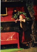 Ost Nachrichten & Osten News | Foto: Die kleine Hexe (Anja Pirling) pustet den Staub von den alten Hexenbüchern.