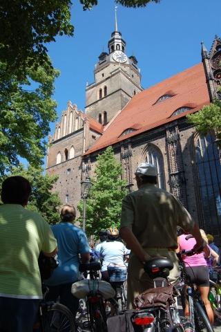Ost Nachrichten & Osten News | Radler vor der St. Katharinenkirche in Brandenburg an der Havel