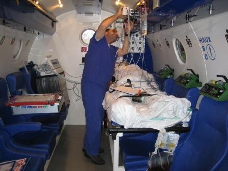 Duesseldorf-Info.de - Düsseldorf Infos & Düsseldorf Tipps | Im Notfall können Patienten, hier mit CO-Intoxikation, in der Therapiedruckkammer komplett intensivmedizinisch versorgt werden.