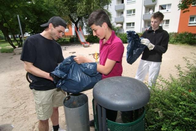 Haussanierung: | Mit einem kleinen Taschengeld belohnt die Unternehmensgruppe Nassauische Heimstätte/Wohnstadt Mieterkinder für ihre Hilfe bei der Pflege von Außenanlagen. Das fördert die Identifikation mit dem eigenen Wohnumfeld.