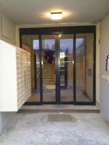 Hessen-News.Net - Hessen Infos & Hessen Tipps | Hauseingang der Zingster Straße 22 mit der neuen Eingangstür Geze ECdrive