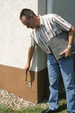 Energieberater im Baustoff-Fachhandel prüfen den Zustand des Hauses und machen Modernisierungsvorschläge