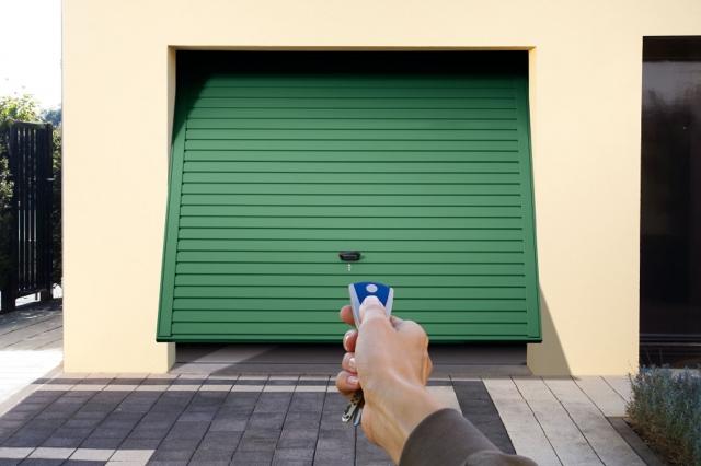 Garage und Fernbedienung: Garagentore mit Motorantrieb lassen sich bequem per Fernbedienung steuern. Besonders praktisch sind platzsparende Sektionaltore.