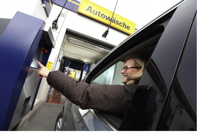 Die neue Drive-in-Anlage an einer Münsteraner Westfalen-Tankstelle macht es möglich, dass der Gast sein Fahrzeug für die Autowäsche nicht mehr verlassen muss.