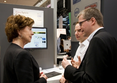 Barcelona-News.de - Barcelona Infos & Barcelona Tipps | EU-Kommissarin Neelie Kroes mit Marc Kleine, Head of Pre-Sales, und Jörn Bodemann, CEO bei e-Spirit (v.l.n.r)