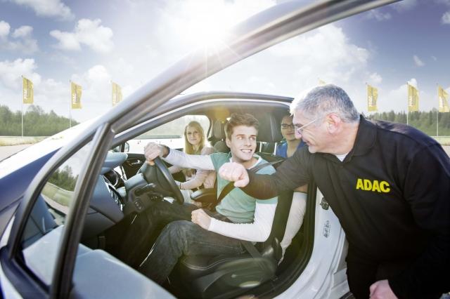 Ostern-247.de - Infos & Tipps rund um Geschenke | Beim ADAC PKW Junge-Fahrer-Training werden Führerscheinneulinge unter Anleitung professioneller Trainer mit Gefahrensituationen im Straßenverkehr vertraut gemacht. Quelle: ADAC