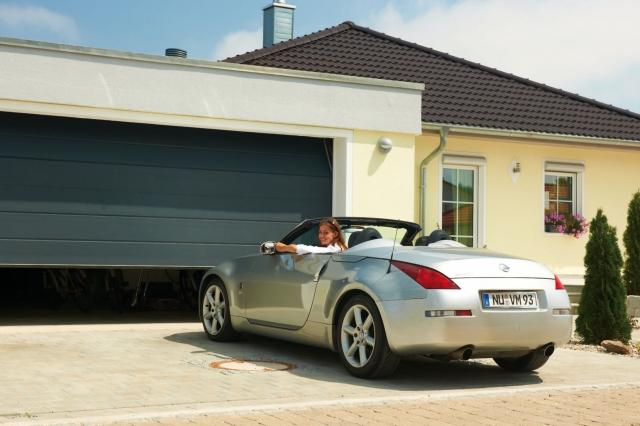 Technik-247.de - Technik Infos & Technik Tipps | Luxus Garagen: Auch in Garagen ohne Stromanschluss lässt sich mit einem neuen Wechsel-Akkuverfahren ein Garagentorantrieb installieren, der zudem die Sonnenenergie nutzen kann.