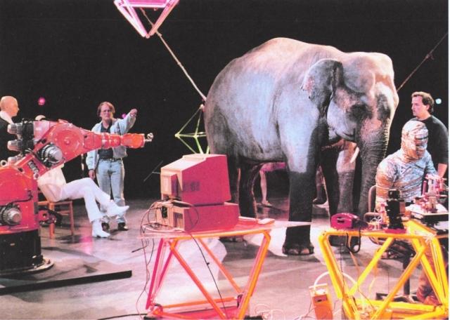 Asien News & Asien Infos & Asien Tipps @ Asien-123.de | 1987 trifft ein KUKA Roboter auf einen Elefanten in der Fernsehreihe