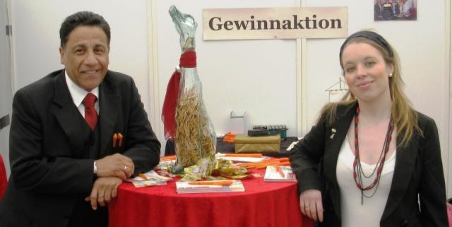 Elektroauto Infos & News @ ElektroMobil-Infos.de. Von links: Walther Proneth und MONARCHIS-Promotionleiterin Tina Krüger
