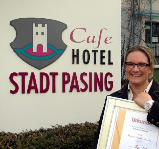 Duesseldorf-Info.de - Düsseldorf Infos & Düsseldorf Tipps | Hotelchefin Marlene Helfer freut sich über die Urkunde