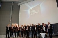 Europa-247.de - Europa Infos & Europa Tipps | CEO Gerhard Streit (7. von li.) nimmt den Award für Daimler TSS auf der CeBIT 2012 entgegen.