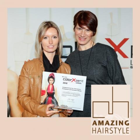 Kosmetik-247.de - Infos & Tipps rund um Kosmetik | Jutta Langer (rechts), Geschäftsleiterin L´Oréal Professionnel, überreicht Salonchefin Sandra Kuntze die Auszeichnung.