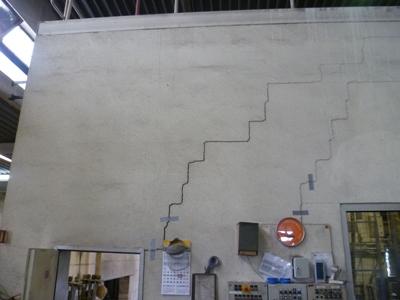 Haussanierung: | Folge der Setzungserscheinungen - Risse im Mauerwerk des Maschinenhauses