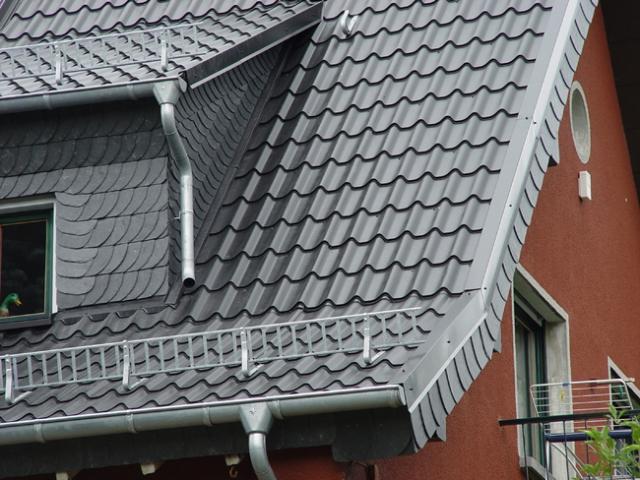 Haussanierung: | Eine Dacheindeckung mit Stahldachpfannen ist ein wertvoller Beitrag zum Klimaschutz: Der Werkstoff kann beliebig oft recycelt werden.