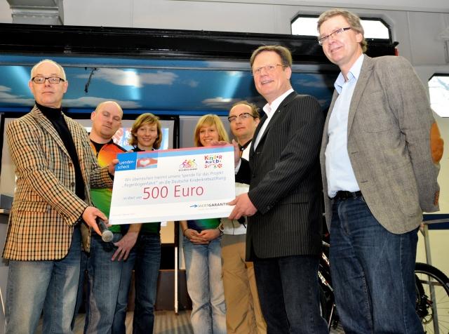 Versicherungen News & Infos | Wertgarantie-Vertriebsleiter Georg Düsener überreicht den Spendenscheck an Jens Kort von der Kinderkrebsstiftung