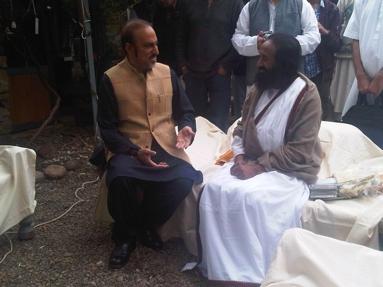 Sport-News-123.de | Eine Brücke bauen über die Kluft: Der spirituelle und humanitäre Lehrer und Gründer der Art of Living, Sri Sri Ravi Shankar, mit Dr. Babar Awan, Senator und ehemaliger Justizminister von Pakistan.