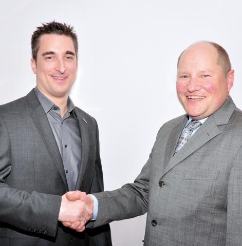 Auto News | Schukat unterzeichnet Franchiseabkommen mit Panasonic - Geschäftsführer Bert Schukat (rechts) und Richard Dines, Sales Manager, European Distribution,  Panasonic (links)