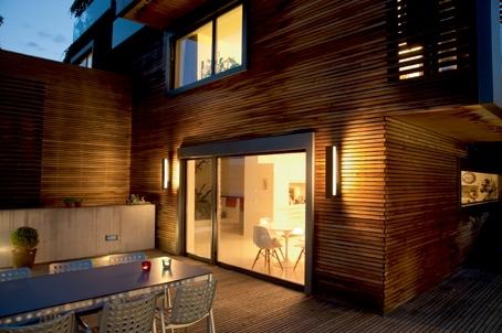 Berlin-News.NET - Berlin Infos & Berlin Tipps | Wandleuchten liefern stimmungsvolles Licht für die Terrasse und schaffen einen Übergang von der Wohnung ins Freie. Foto: licht.de