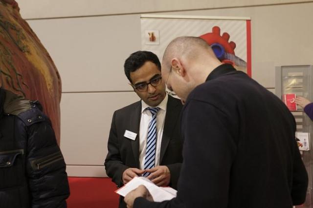 Ost Nachrichten & Osten News | Gesprächssituation am Stand der Begehbare Organe & Health GmbH