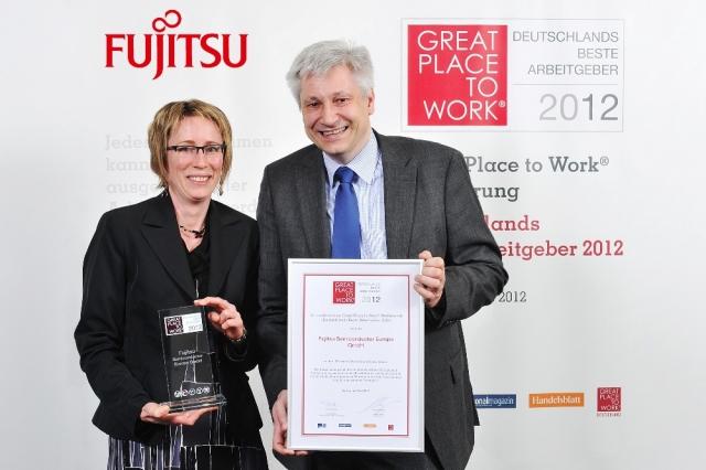 App News @ App-News.Info | Sonja Morrison (l.) und Axel Tripkewitz von Fujitsu Semiconductor Europe nehmen die Auszeichnung in Berlin in Empfang.