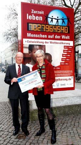 Versicherungen News & Infos | Wertgarantie-Vorstandsvorsitzender Thomas Schröder überreicht den Spendenscheck an Renate Bähr