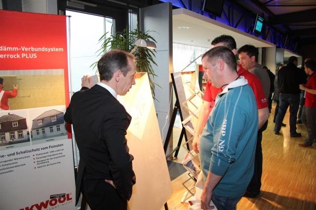 Auto News | BASF-Fachberater Andreas Füller im Gespräch mit Teilnehmern der großen SUNDO-Veranstaltung am 22.3. in Aschaffenburg.