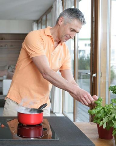 Technik-247.de - Technik Infos & Technik Tipps | Moderne Küchentechnik lockt den Mann an den Herd – mit kulinarischen Genüssen verwöhnt er Freunde und Familie