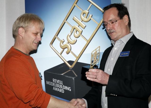 Gutscheine-247.de - Infos & Tipps rund um Gutscheine | Revell Geschäftsführer Hans Ulrich Remfert übergibt den Scale Award 2011 an den Sieger Ingo Hartmann