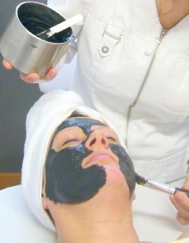 Europa-247.de - Europa Infos & Europa Tipps | Gesichtsbehalndlung gegen Akne mit SIVASH-Heilerdemaske