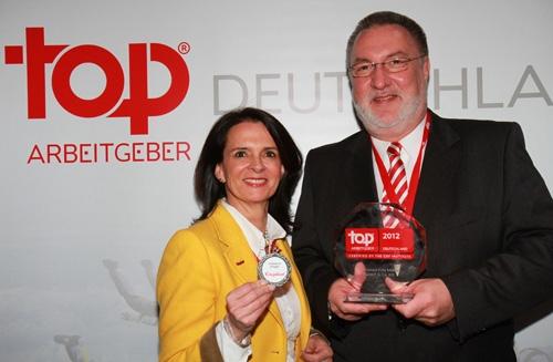 Auto News | Constanze Krieger und Frank Bollweg bei der Preisübergabe in Düsseldorf