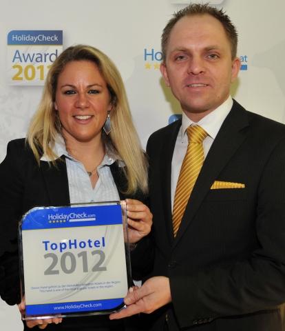 Testberichte News & Testberichte Infos & Testberichte Tipps | Preisverleihung auf der ITB in Berlin (von links): Tanja Vollmuth vom Reiseportal HolidayCheck und Hoteldirektor Daniel Beer.