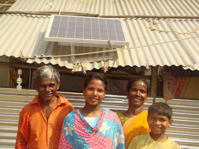 Indien-News.de - Indien Infos & Indien Tipps | Familie mit Solar-Home-System_Quelle Andheri-Hilfe Bonn