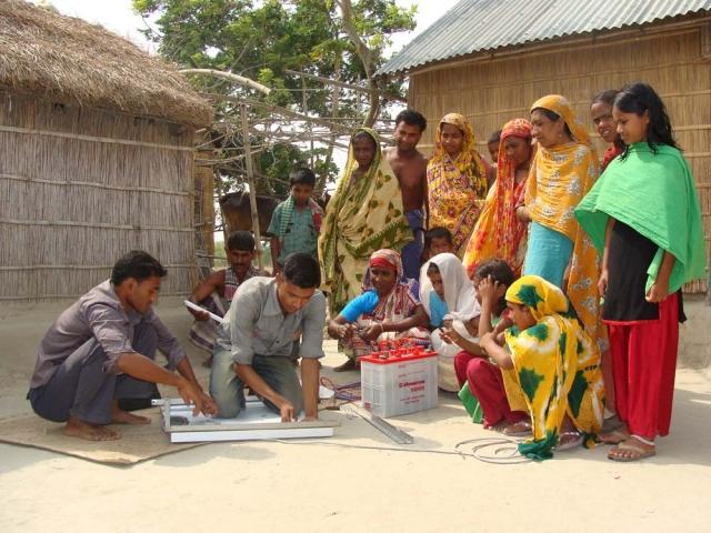Indien-News.de - Indien Infos & Indien Tipps | Familie in Bangladesch wartet gespannt auf die Installation der Solaranlage. Besonders die Kinder profitieren von dem sauberen Licht, da die gesundheitsschädigenden Abgase der Kerosinlampen entfallen