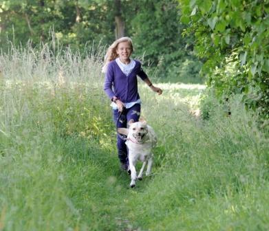Medien-News.Net - Infos & Tipps rund um Medien | An Waldrändern, im hohen Gras, in Gebüschen und im lichten Unterholz fühlen sich Zecken besonders wohl. Alle, die im Frühling und Sommer gerne draußen unterwegs sind, müssen mit Zeckenbissen rechnen.  Foto: HUK-COBURG