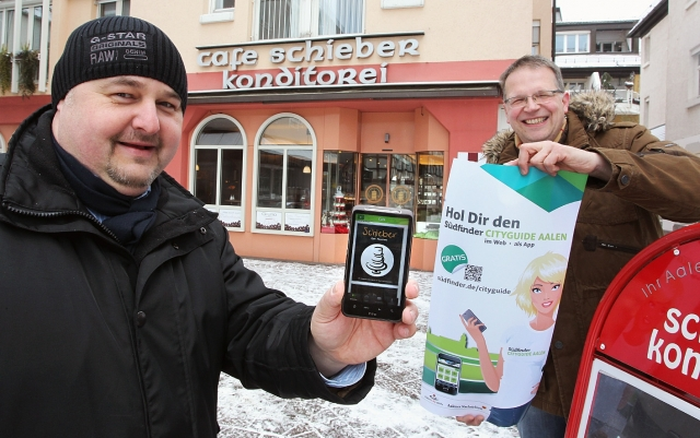 App News @ App-News.Info | Aalens Citymanager Reinhard Skusa und Konditormeister Wolfgang Schieber mit dem City-Guide Aalen.
