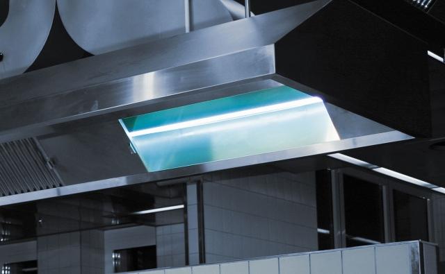 Sachsen-Anhalt-Info.Net - Sachsen-Anhalt Infos & Sachsen-Anhalt Tipps | Musterinstallation einer Heraeus Vakuum UV-Lampe in der Küchenhaube der Heraeus eigenen Großküche.