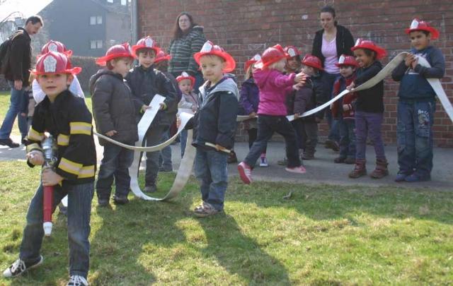 Duesseldorf-Info.de - Düsseldorf Infos & Düsseldorf Tipps | Spielerisch lernen die Kinder den Umgang mit dem Führungsschlauch kennen, der sie im Ernstfall zum Sammelplatz führt