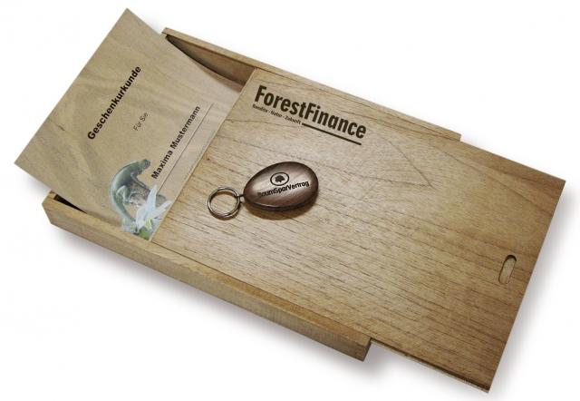 Die Geschenkurkunde erhält der Beschenkte in einer edlen Holz-Schatulle