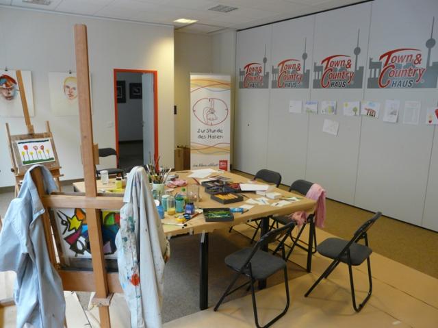 Sachsen-Anhalt-Info.Net - Sachsen-Anhalt Infos & Sachsen-Anhalt Tipps   In den Osterferien verwandelte sich der Besprechungsraum des Familienhausbauers  HS-SOLID in ein Atelier für ein Kunstprojekt zugunsten des Kinderhospizes Berlin Herz.