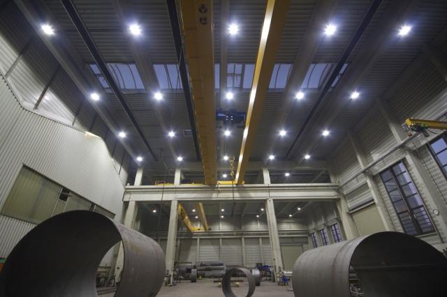 Auto News | Seit Dezember 2010 sorgen 50 Flankenleuchten des Typs 540FT von LemTec Innova für eine optimierte Lichtverteilung in der Produktionshalle.