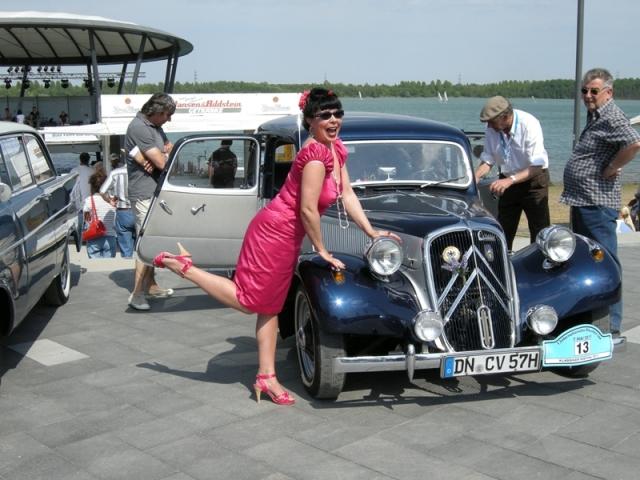 Tickets / Konzertkarten / Eintrittskarten | Entertainerin Vivien liebt Autos, Mode und Musik der 50er Jahre.