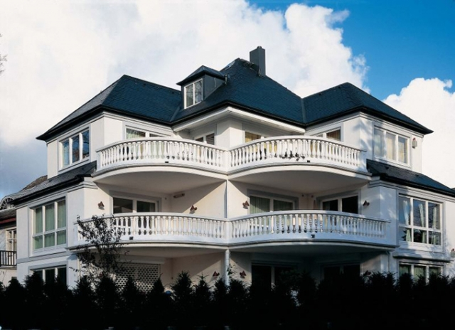 Duesseldorf-Info.de - Düsseldorf Infos & Düsseldorf Tipps | Exklusive Optik: Mit anmutigen Leichtbalustraden im mediterranen Stil wirkt das Haus wie eine Villa.