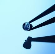 Schweiz-24/7.de - Schweiz Infos & Schweiz Tipps | FISBA entwickelt und fertigt kundenspezifische optische Mikro-Systeme, z.B. für den Life Science Bereich oder Machine Vision. Das gezeigte Beleuchtungs-Objektiv ist Teil eines 3D Scanners mit 18 optischen Elementen. Quelle: FISBA