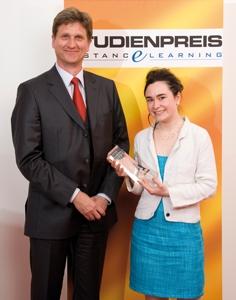 Forum News & Forum Infos & Forum Tipps | Studienpreisträgerin Rebecca Posselt mit Ingo Karsten, Geschäftsführer des ILS Institut für Lernsysteme